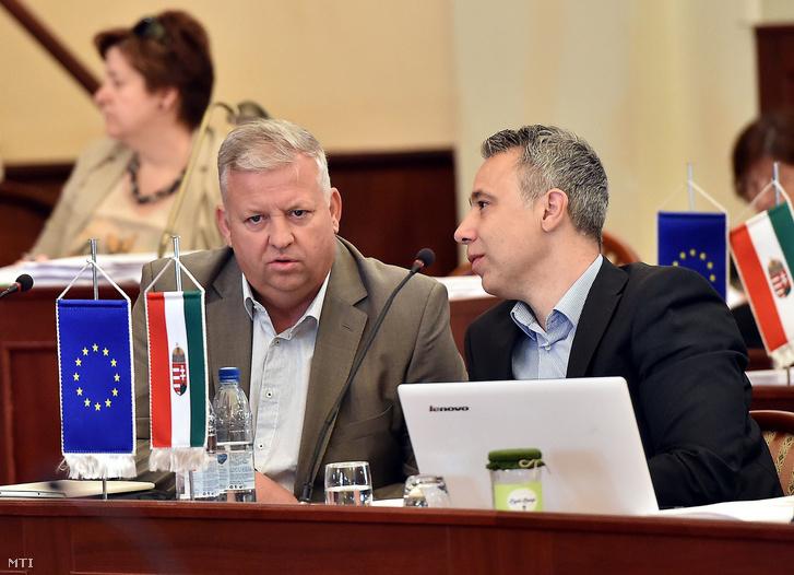 Szabados Ákos Pesterzsébet (b) és Gajda Péter Kispest polgármestere a Fővárosi Közgyűlés ülésén a Városháza dísztermében 2016. június 8-án.