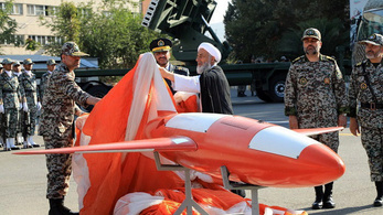 Irán bemutatott egy új, csapásmérésre is használható harci drónt