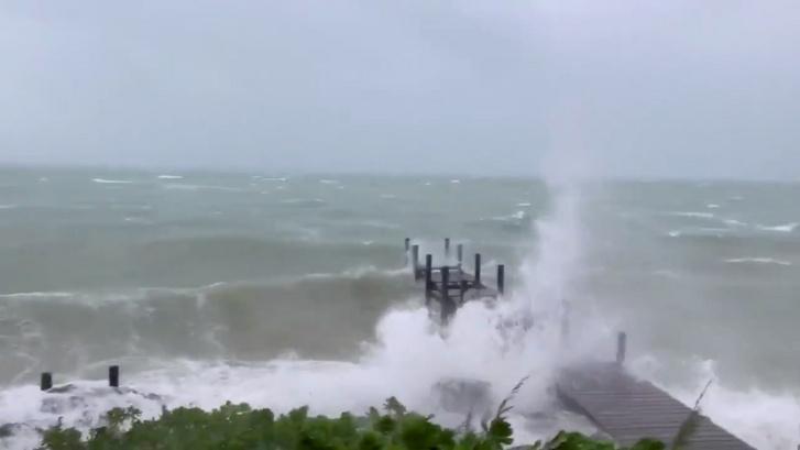 Hullámzó óceán a Bahamáknál 2019. szeptember 1-jén