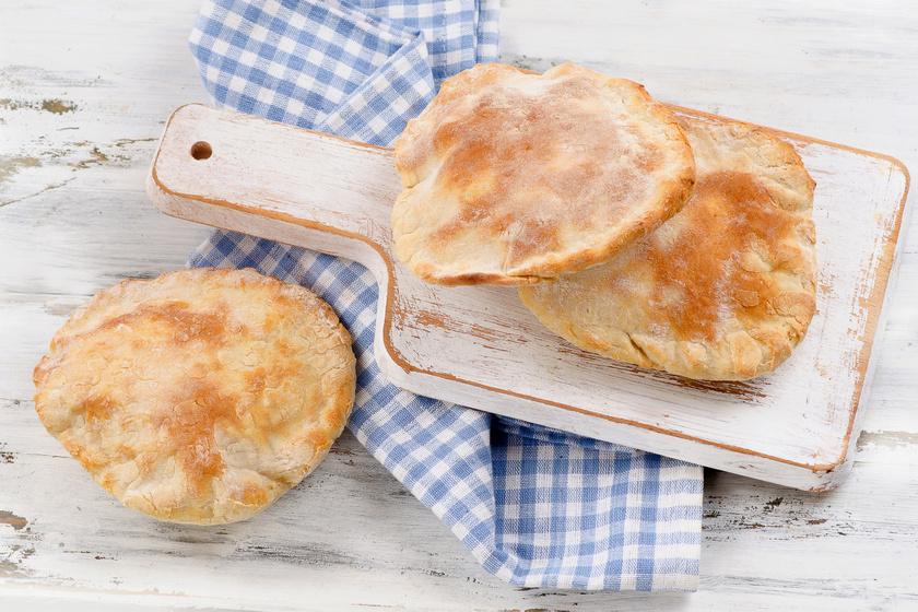 A friss és tökéletes házi pita receptje gyroshoz, húsokhoz, zöldségekhez