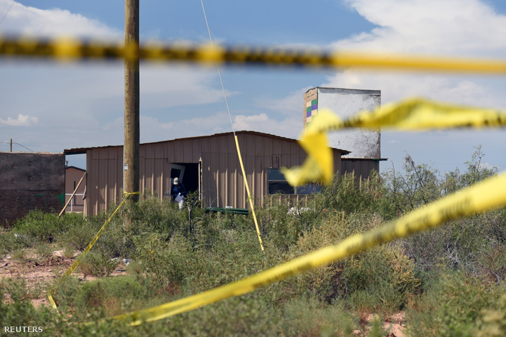 Az FBI munkatársai vizsgálják át az elkövető otthonát