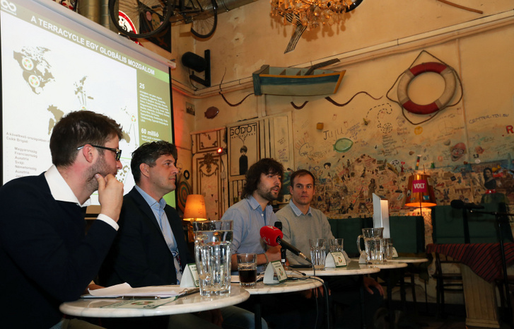 A 2014-es sajtótájékoztatón balról jobbra: Böröcz László alpolgármester, Szentgyörgyvölgyi Péter polgármester, Tom Szaky, a TerraCycle alapító-igazgatója, German Dániel, a TerraCycle magyarországi vezetője