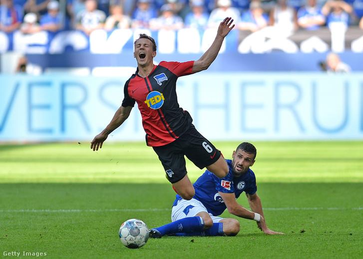 Vladimir Darida, a Hertha BSC Berlin és Daniel Caligiuri, az FC Schalke 04 játékosa a Veltins Arénában 2019. augusztus 31-én