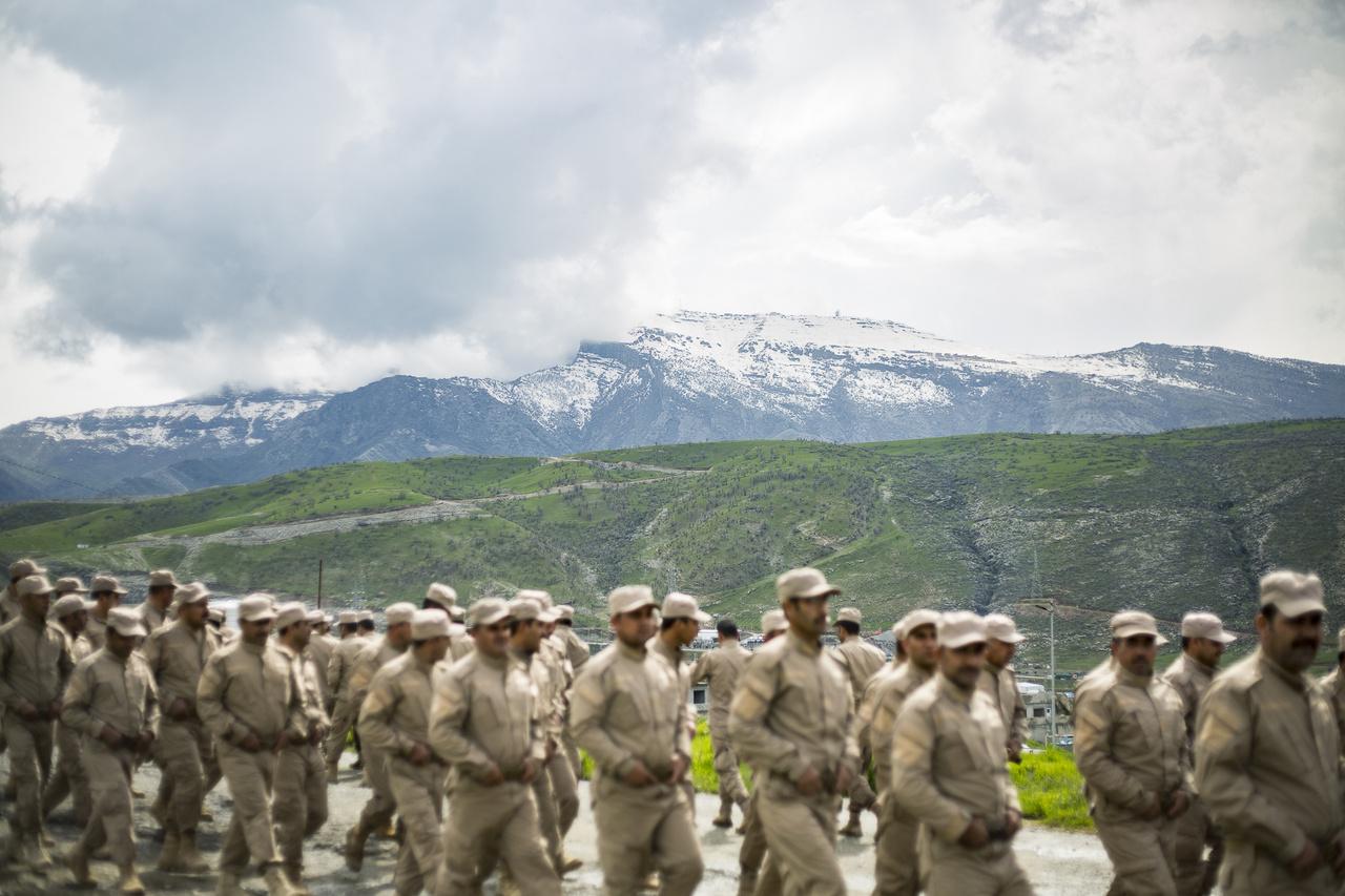 A Zagrosz hegyei a világ egyik legháborgóbb régiójához adnak festői hátteret. Az iraki kurd milíciákat rendszeresen érik támadások a hármas határ török és iráni részéről - melynek túloldalán egyébként szintén milliós kurd közösségek élnek.