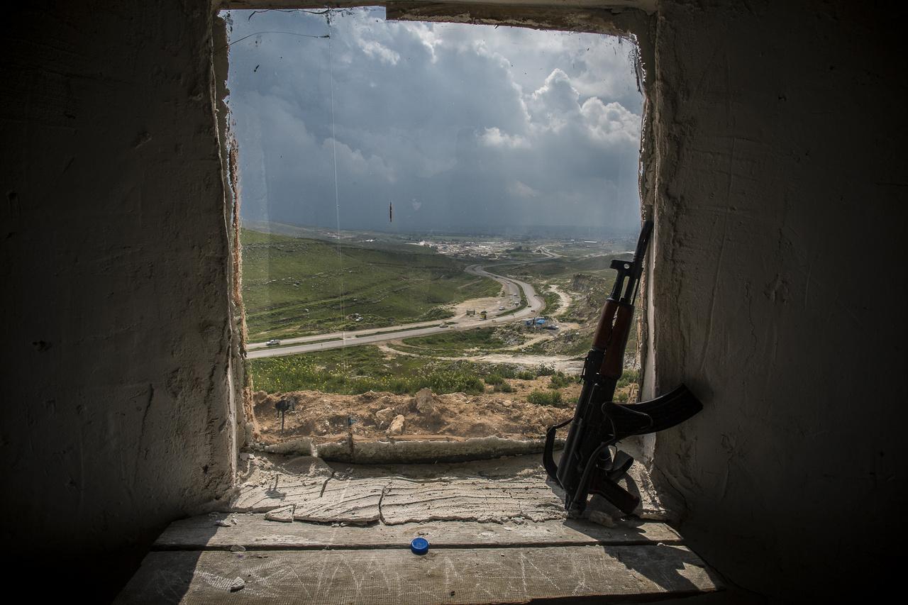 A Tigristől keletre fekvő Makmúr régiója három éven keresztül a Kalifátussal szembeni frontvonalnak számított, 2017-ben azután mégsem a dzsihadisták, hanem az iraki kormány csapatai és síita milicisták rohanták le.