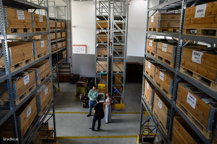 A több méter magas polcok roskadoznak a műfajok szerint kategorizált könyvektől