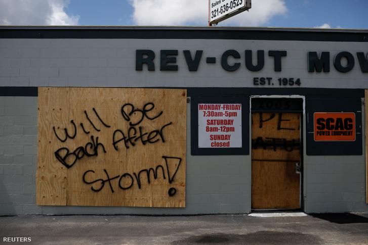 Bezárt üzlet táblája Cocoában, Floridában