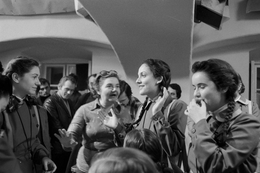 Zsurzs Éva rendező (középen) az Abigél egyik jelenetét állítja be. A bal oldalon Zsurzs Kati, a jobbon Egri Kati és Gelecsényi Sára.