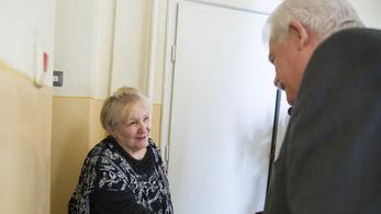 Fónagy János államtitkár személyesen kísérte el a rezsiutalványt kézbesítő postást