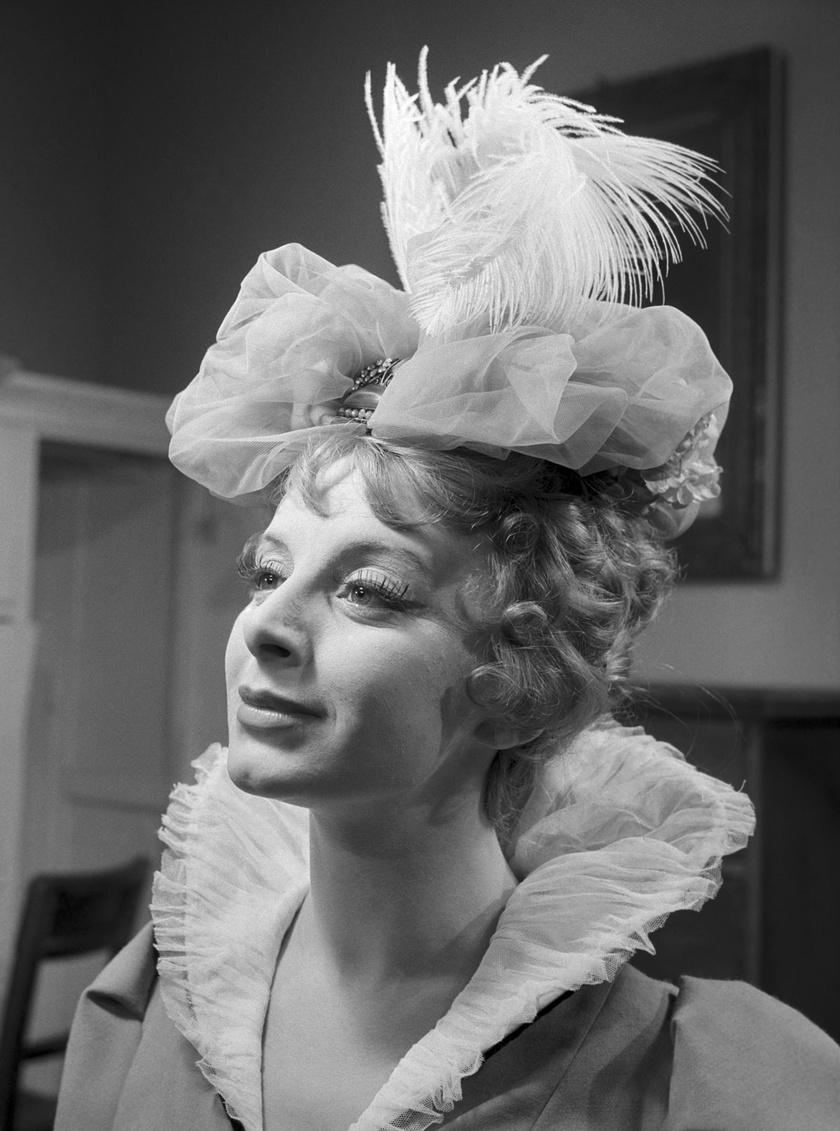 Ambrózy Sophie szerepében Földes Mihály Örök szerelem című darabjában, amit 1959. április 17-én mutatott be a Jókai Színház.