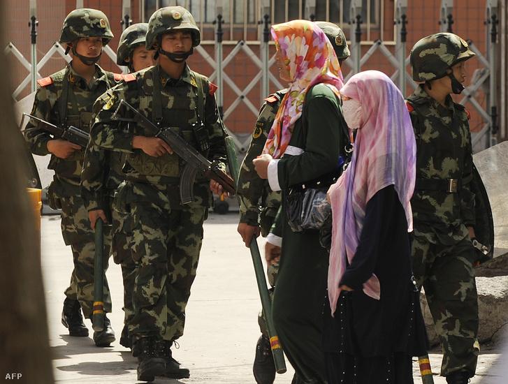 Kínai katonák és ujgur nők Urumqiban