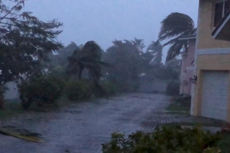 Erős szél és eső az Oceanhill Boulevardon, Freeportban