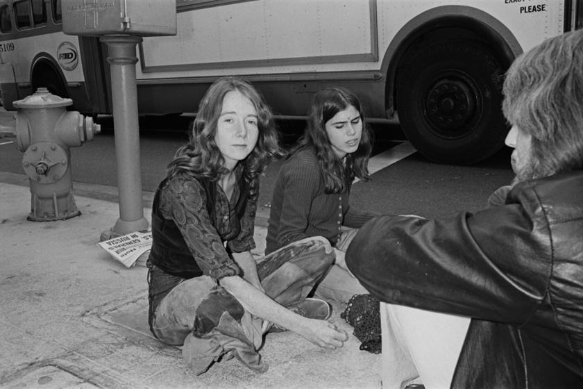 A Manson család tagjai, Lynette Fromme és Ruth Ann a bíróság előtt