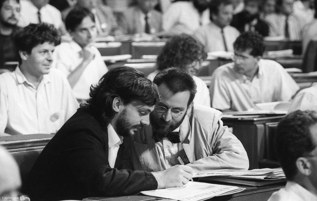 Orbán Viktor és Szájer József a parlamentben 1990-ben