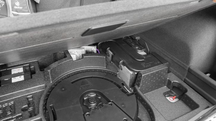 A csomagtartó aljában van a mild-hybrid rendszer akkumulátora, rajta a léghűtés csatornájával, előtte szürkéllik a DC/DC konverter