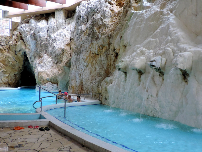 A Miskolctapolca Barlangfürdő nemcsak egyedülálló élményt nyújt, de gyógyít is: földes-meszes, magas hőmérsékletű, jódot és rádiumot is tartalmazó vize az érelmeszesedés kezdeti stádiumában hatékony gyógyító lehet. A teljes árú belépő 4400 forint.