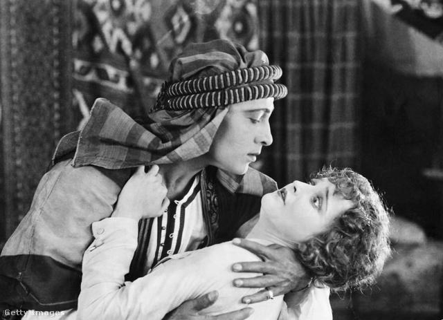 Rudolph Valentino és Agnes Ayres az 1921-es A sejk című film egyik jelenetében