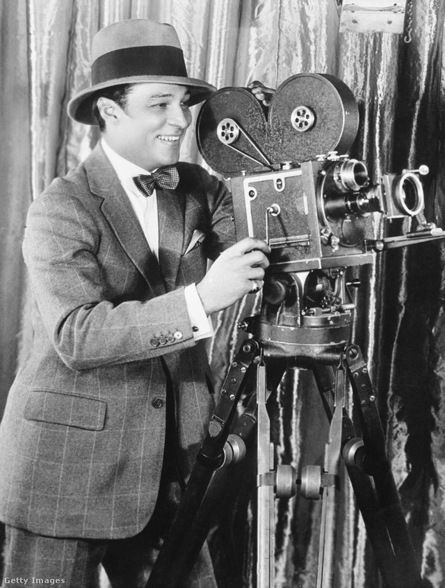 Rudolf Valentino a kamera mögött mosolyog 1921-ben