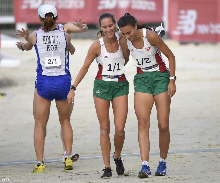 A második helyezett Réti Kamilla (k) és Barta Luca (j) a budapesti öttusa világbajnokság női váltóversenyének lövészet-futás számában a Kincsem Parkban 2019. szeptember 2-án.