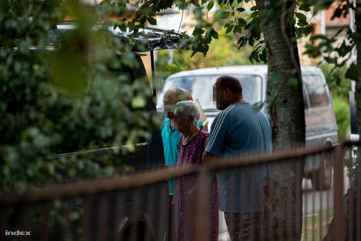 A nagymama a rendőrségi helyszínelés ideje alatt végig a háznál volt, amikor unokája és dédunokája holttestét kihozták a házból, még utoljára annyit kért a helyszínlő rendőröktől, hogy hadd nézze meg őket utoljára.