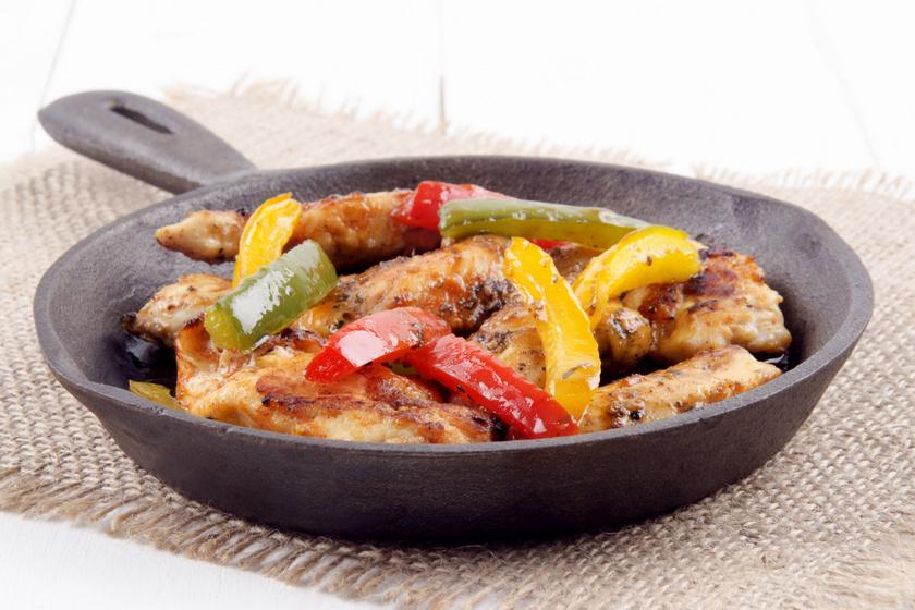 Omlós, pácban érlelt csirke paprikával sütve: grillezve és tepsiben is finom