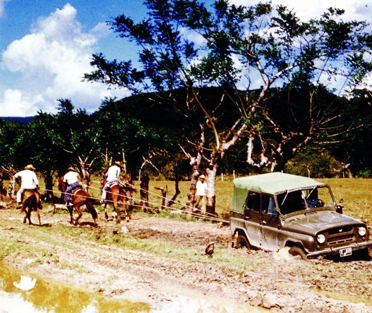 A Földtani Intézet geológusai az elmúlt 150 évben nem csak hazánk területén dolgoztak, hanem messzi tájakon is. Az 1972-ben indult kubai expedícióban a szigetország egyharmadán végeztek földtani térképezést a magyar geológusok. A munkakörülmények nem voltak könnyűek, mint ahogy a terepjárómentés képen látható kubai formája is mutatja.