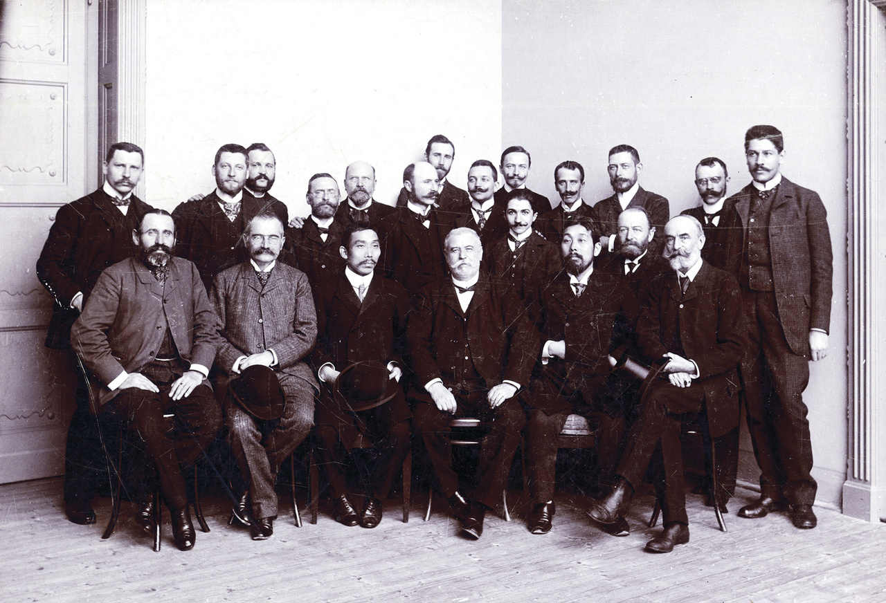 Az intézet a kezdetektől fogva nagy hangsúlyt fektetett a külföldi kutatókkal való kapcsolattartásra. Rangos nemzetközi kongresszusok és konferenciák zajlottak az intézet falai között (például 1909-ben az I. Agrogeológiai Kongresszus). 1904-ben Japán geológusok látogattak az intézet Stefánia úti palotájába, ekkor készült ez a kép, amelyen a vendégeken kívül az intézet akkori geológusainak nagy része szerepel.