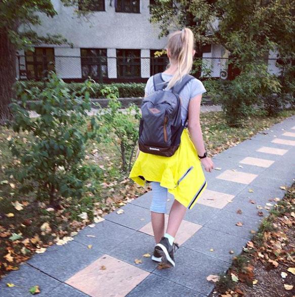 Szinetár Dóra ezt a fotót posztolta iskolába menő lányáról, Zorkáról.