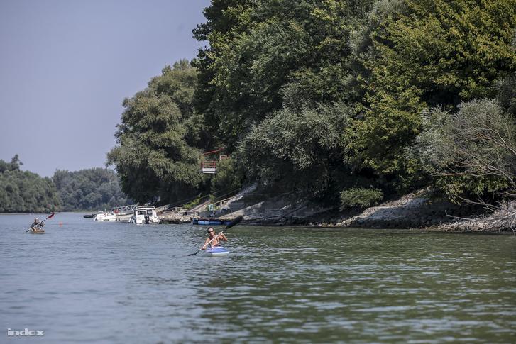 A sziget környékét hétvégén kiránduló kajakosok, kenusok, motorcsónakosok, fürdőzők lepik el