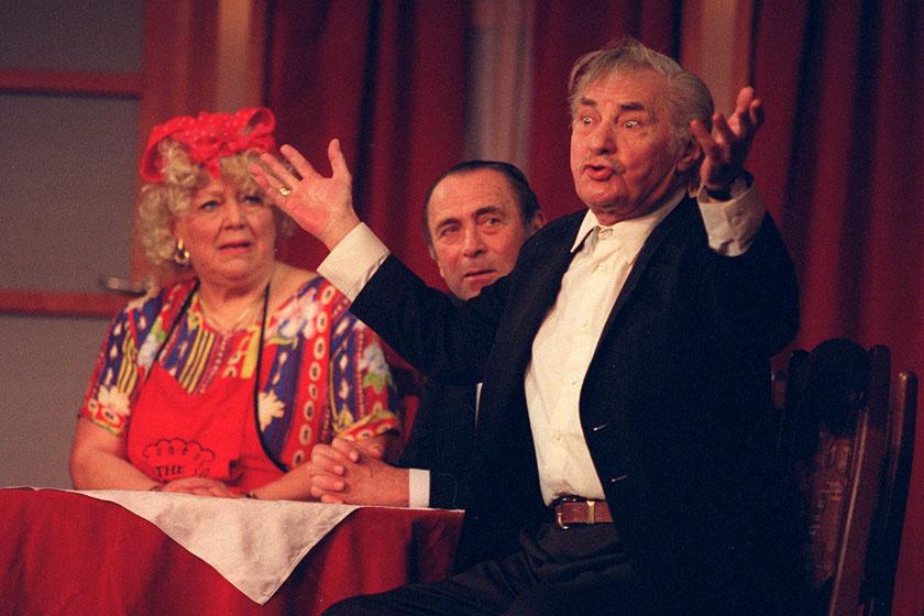 Csala Zsuzsa, Kósa András és Agrády Gábor az Ezt is túléltük! - 50 éve vidám a Vidám című műsorban, amit 2001 márciusában mutattak be a Vidám Színpadon Kalmár Tibor rendezésében.