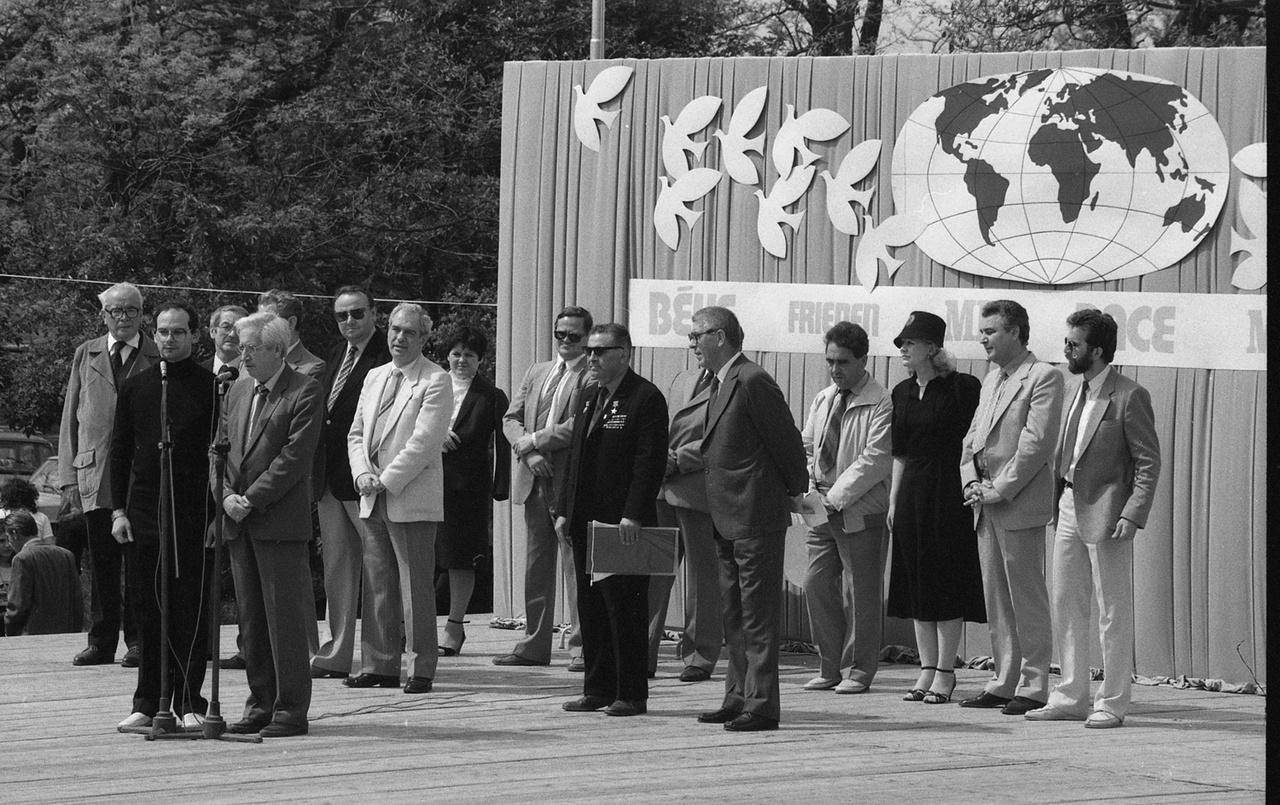 Az 1985-ös ópusztaszeri béketalálkozó díszvendége Borisz Boriszovics Jegorov szovjet űrhajós, természetesen a világbéke képviseletében. Ebben az évben már Gorbacsov a szovjet pártfőtitkár, és ekkoriban az ópusztaszeri találkozók is fokozatosan megváltoztak, egyre kevésbé voltak politikaiak. Hamarosan a Nemzeti Történeti Emlékparkká lett Ópusztaszer idegenforgalmi értéke került a középpontba, az ünnepi műsorban már nem a Lenin-dal, hanem nemzeti operaáriák szóltak.