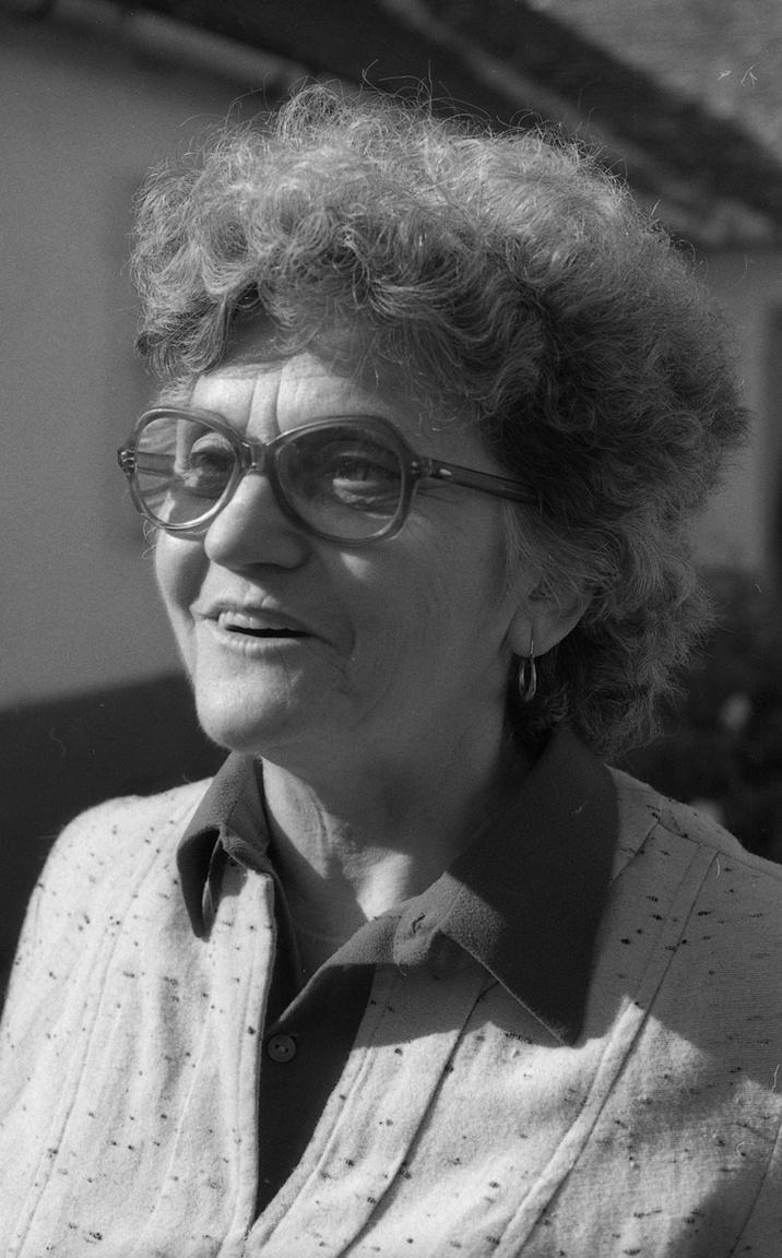 Az apátfalvi nőről 1984-ben készült Enyedi Zoltán felvétele. Enyedi ismert volt arról, hogy két fényképezőgéppel dolgozott, a hivatalos cél mellett saját célra is fotózott párhuzamosan, és ezeket a képeit is precízen dokumentálta, így tudható, hogy melyik mikor és hol készült és ki van rajtuk - ez akkoriban még nem volt alapelvárás.