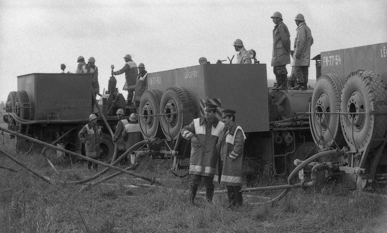 A tápéi 619-es kút és a teljes stáb, 1982. Tápén termálkutat akartak fúrni a hatvanas évek közepén, de víz helyett váratlanul olaj tört fel - jobb híján egy halastót öntöttek fel vele.