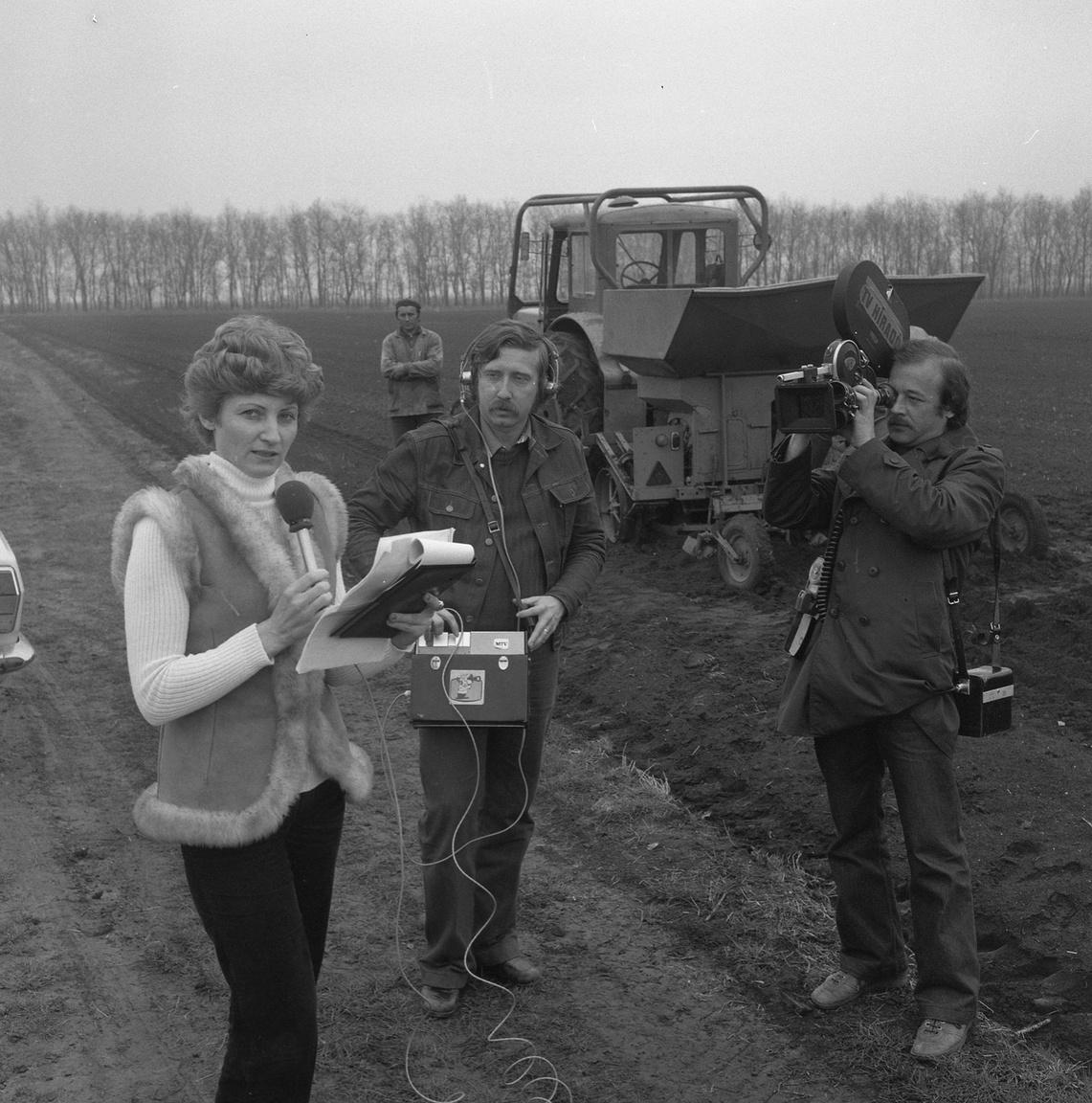 """A Magyar Televízió Híradójának készül tudósítás a makói hagymakutatás aktuális fejleményeiről 1981 tavaszán. Az erőszakos kollektivizálás válsága után ez felívelő reformidőszak. Addigra odáig jutottak, hogy a téeszekben """"sok helyen a hagymatáblák jó része öles gyomban éri meg a szedés idejét"""". Hogy ez megváltozzon, abban nagy szerepe volt a reformer agrárlobbinak, főleg a személyesen is makói hagymás családból származó, Kert-Magyarországot álmodó Erdei Ferencnek. A háztájizás engedélyezésén kívül az egész termelést újragondoló termelési rendszert csináltak bábolnai mintára, a makói hagymakutatásnak ebben volt kulcsszerepe."""