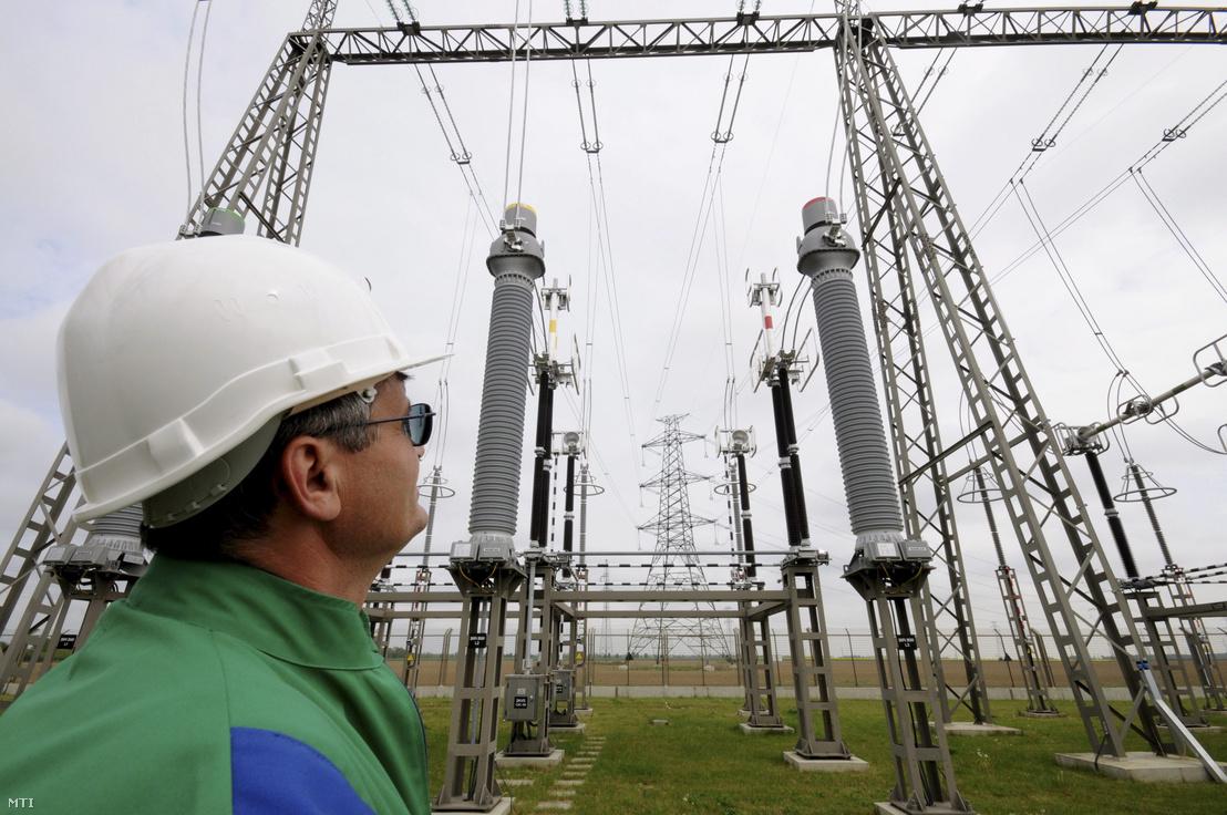 Egy dolgozó nézi az üzembe helyezett Bécs és Szombathely között található villamosenergia-elosztó állomást.