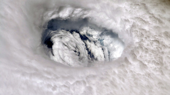 Mozdulatlanul tombol a Bahamák felett a Dorian hurrikán