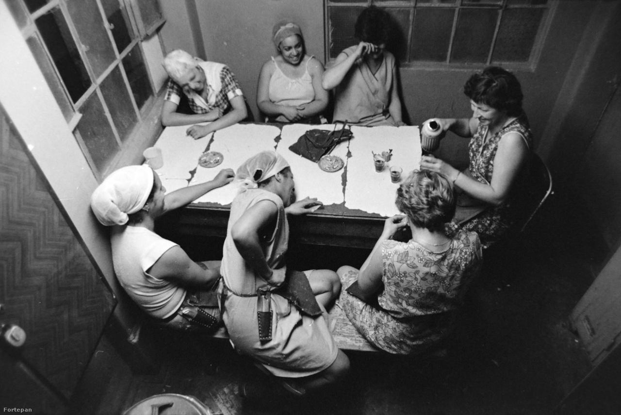 1990-ben a rendszerváltás miatt Kuba hazarendelte minden, a munkaerő-egyezmény miatt Magyarországon tartózkodó állampolgárát. Ez lett a kubai szövőnők történetének vége Magyarországon, ahol hamarosan az őket foglalkoztató textilüzemeket is bezárták. Néhány egykori szövőnő azonban házassága révén visszatért és itt telepedett le, meghatározó csoportot alkotva a magyarországi kubai diaszpórán belül.