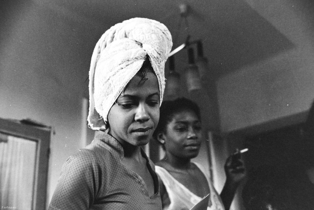 """A vállalati beszámolók, levéltári anyagok szerint a kubai lányok leginkább egymás társaságát keresték ebben a számukra kultúrsokkot jelentő ismeretlen országban. Mivel a munkásszállások általában a gyárhoz közel épültek fel, arra sem voltak rákényszerítve, hogy megismerjék Budapestet. Ez persze nem nemzeti karakterológia, a magyar lányokra ugyanúgy igaz. """"A szemkihúzást, a divatos festéket, frizurát már az első héten megtanulják. Az a legkönnyebb. Külsőre ők is nagyvárosiak. De belül... fogadok magával, ha tízet megkérdez, kilenc nem volt a körúton se. Nem mernek az utcán járni, félnek attól, hogy eltévednek. Belülről megmaradtak falusinak""""– idézi Kohut Tamás témába vágó tanulmánya egy textilgyári munkásszállás gondnokának véleményét."""