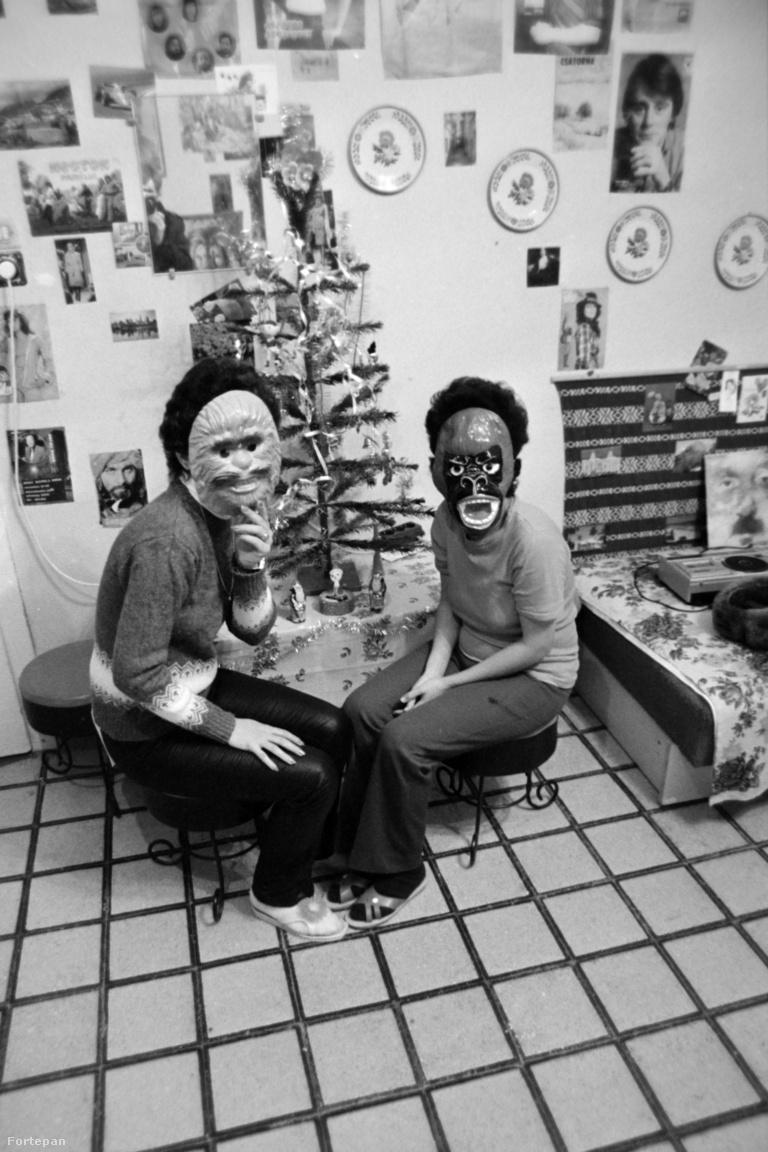 A kubai lányok ingyen laknak a munkásszállókon, programokat, tanulmányi kirándulásokat, néhol könyvtárat is szerveznek nekik. Magyarul nagyon kevesen tanulnak meg, spanyol szakos egyetemistákat, chilei menekültek leszármazottait alkalmazzák melléjük vállalati tolmácsnak. A kubai szövőnőnket elvileg ugyanazok a jogok és kedvezmények illetik meg, mint a magyar dolgozókat, persze hogyan is lehetne bárkit kizsákmányolni egy jól működő szocialista országban. Csakhogy valójában a teljesítménybérezés miatt sokszor nem érik el a magyar dolgozók fizetését, mert fegyelmezetlennek titulálják őket.