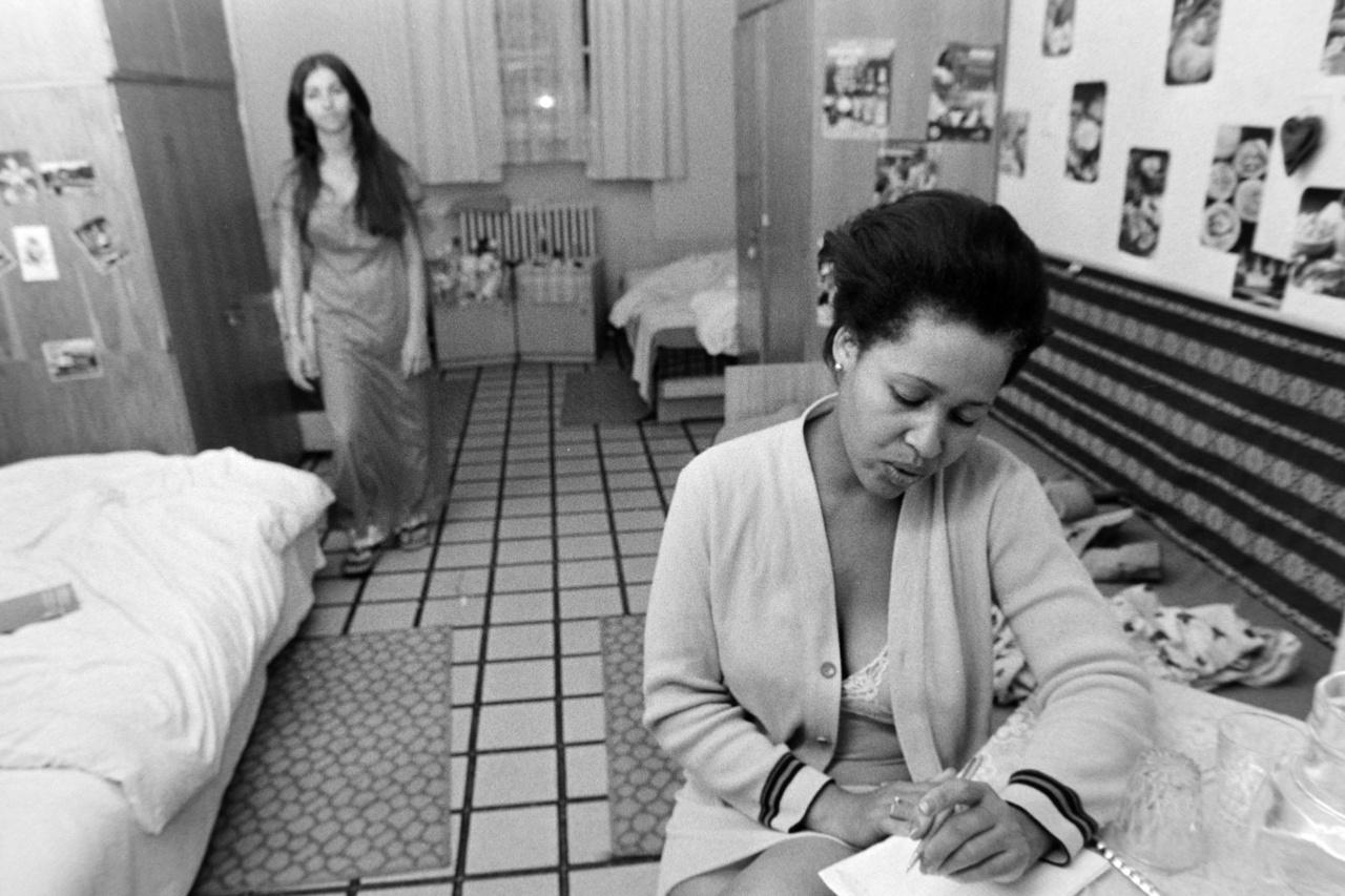 1981-ben jön az első kubai kontingens Magyarországra. Kiválasztásukat hosszú procedúra előzte meg: Castro nem bízta a véletlenre, kiket enged ki és vár feltétlenül vissza. A lányok akkor jelentkezhettek egyáltalán, ha a helyi forradalomvédelmi lakótömbi bizottság kedvező véleményt adott a családjukról. A rövid havannai felkészítőn a magyar szokásokkal ismerkedtek, aztán hamar mélyvízbe dobták a többségében iskolapadból kikerült, munkatapasztalat nélküli tizennyolc-húsz éves lányokat. A kubaiak között szokatlan módon kezdettől fogva a női munkavállalók voltak többségben, sőt idővel 70%-os lett az arányuk, hiszen a főleg a textilipart töltötték fel velük. A lányok formaruhában érkeztek, szandált is kaptak, csak az volt a baj, hogy gyakran télen is, így Budapesten az első út a Skálába vezetett.