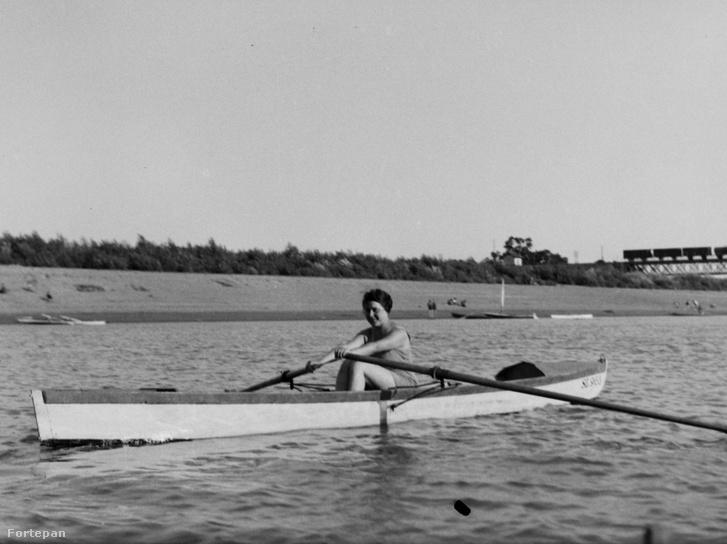 A Tisza 1935-ben, háttérben a Szentes–Csongrád közötti híd csongrádi hídfője