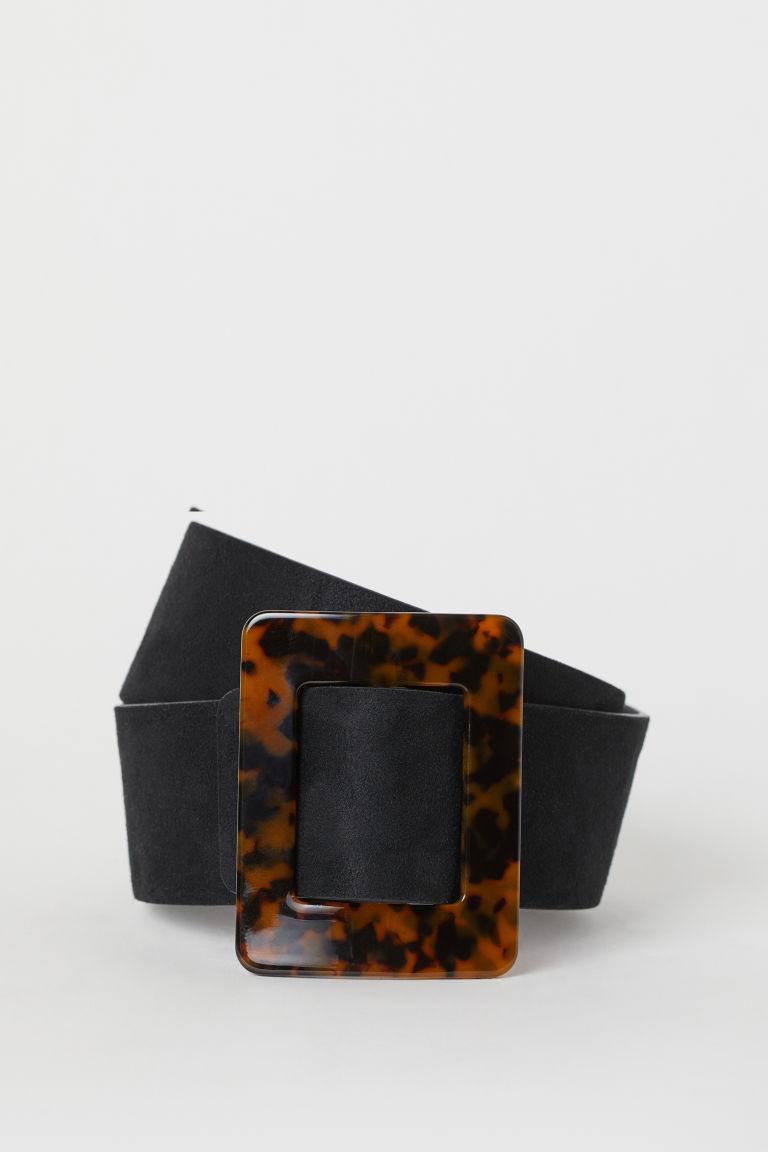 A hangsúlyos, vastag övek szintén divatosak ősszel, ráadásul erőteljesen karcsúsítanak is. Ez a teknőspáncélmintás csattal kiegészített darab a H&M-ben 4995 forint.