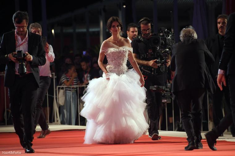Tudja, a Velencei Filmfesztivál az az esemény, ahol idén Palvin Barbara is nagyon otthonosan mozgott, több alkalommal is feltűnt a vörös szőnyegen