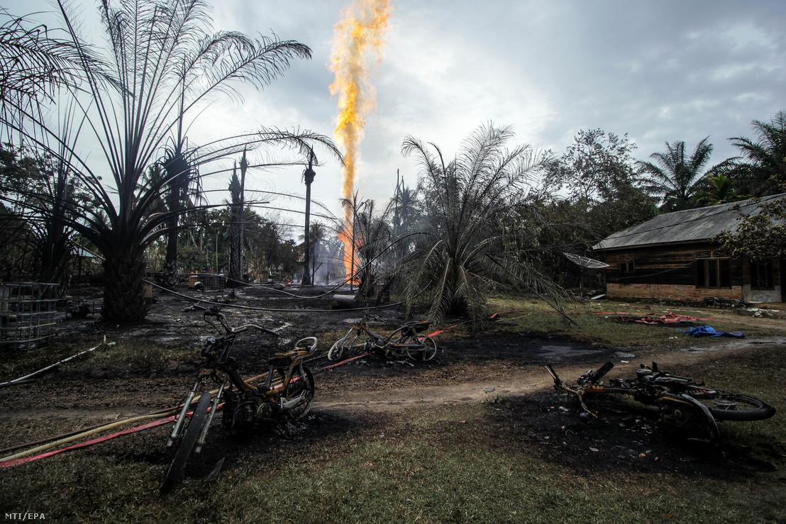 Hatalmas lángoszlop tör fel egy illegálisan működtetett olajkútból az indonéziai Aceh tartomány Pasir Putih településén 2018. április 25-én. Az indonéz katasztrófaelhárítási ügynökség szerint legkevesebb tízen meghaltak és negyvenen megsérültek a kútnál keletkezett tűzben.