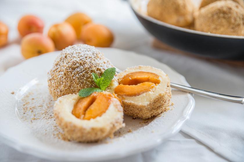 Az édes, krumplis tésztából készülő gombócot mindenki szereti. Sokféleképpen lehet variálni, barackkal töltve is minden igényt kielégít. Nagyon egyszerű, csak arra kell ügyelni, hogy ne rakj bele túl sok lisztet, és gyorsan állítsd össze.
