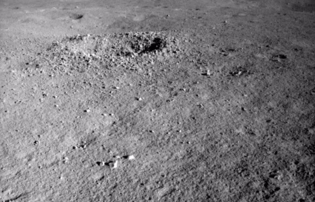A Yutu-2 felvétele egy közeli kráterről