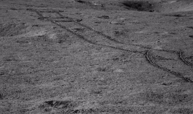 A Yutu-2 felvételi saját keréknyomáról