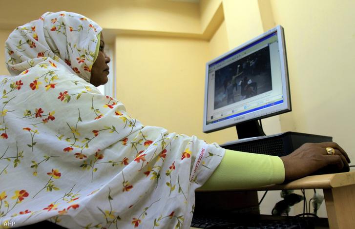 Egy szudáni nő Khartoumban egy irodában