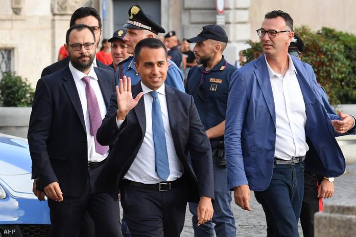 Az M5S politikai mozgalom vezetője, Luigi Di Maio, Stefano Patuanelli-vel (b) együtt érkezik az olasz elnökkel tartandó találkozóra 2019. augusztus 28-án.