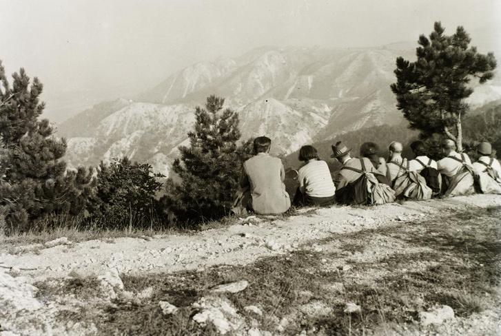 Turisták tanakodnak a Zsíros-hegyet nézve 1932 körül - Forrás: Fortepan